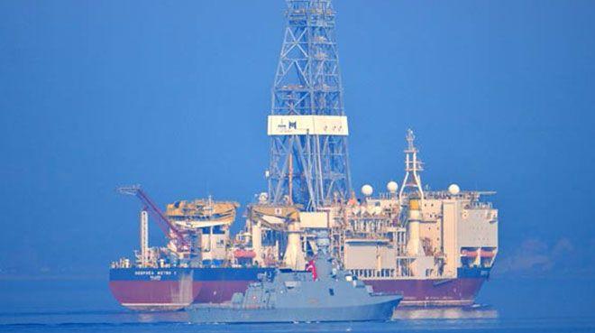 Türkiye`nin ikinci sondaj gemisi Çanakkale Boğazı`ndan geçti